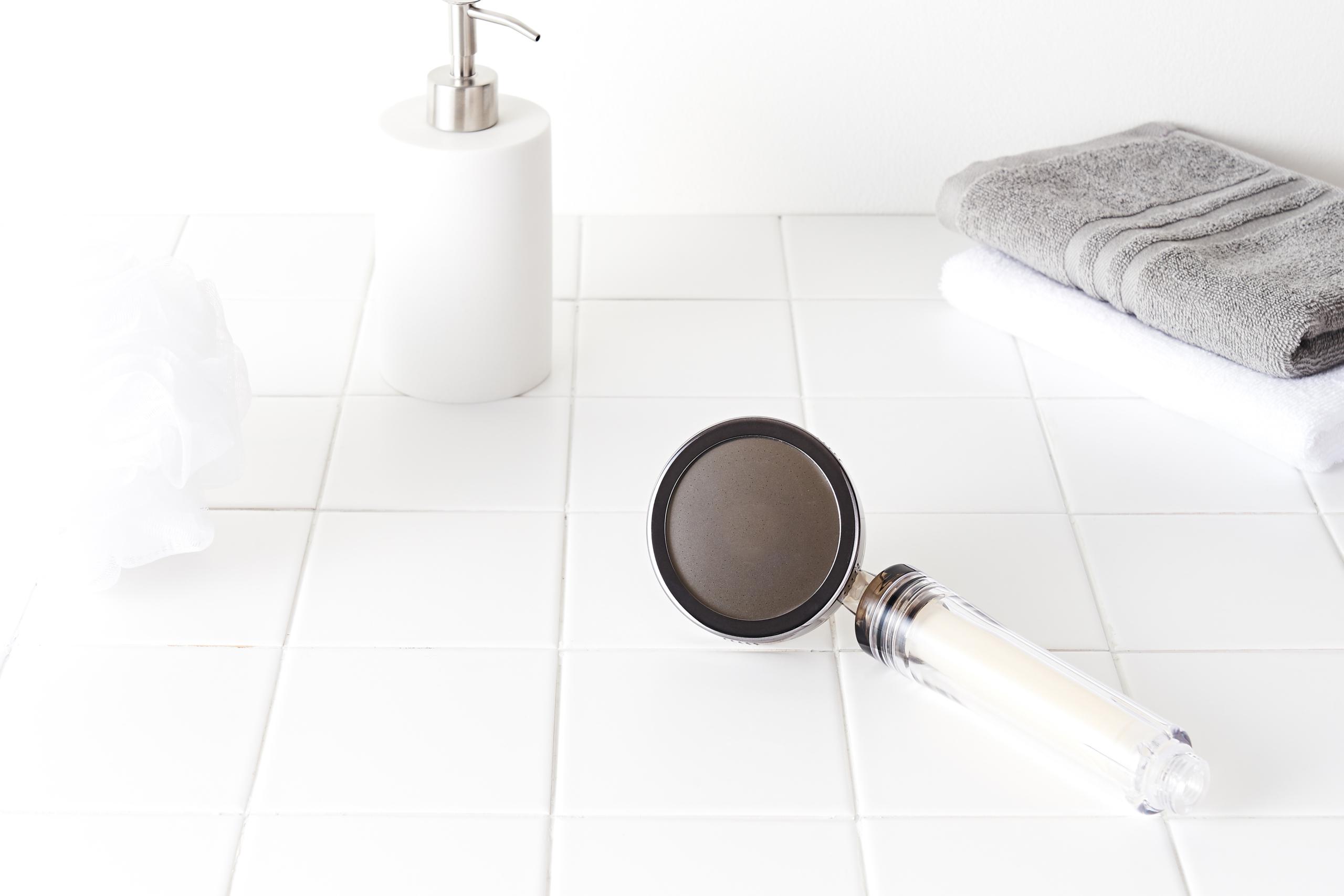 pommeau-de-douche-filtrant-calcaire-hydratant-bienfaits-cheveux-peau-avis-revue